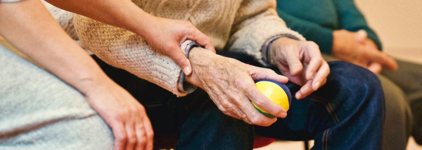 ancianos pelota ayuda